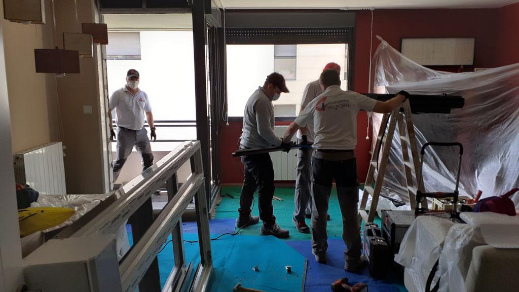 Montandores cambiando unas ventanas en Zaragoza